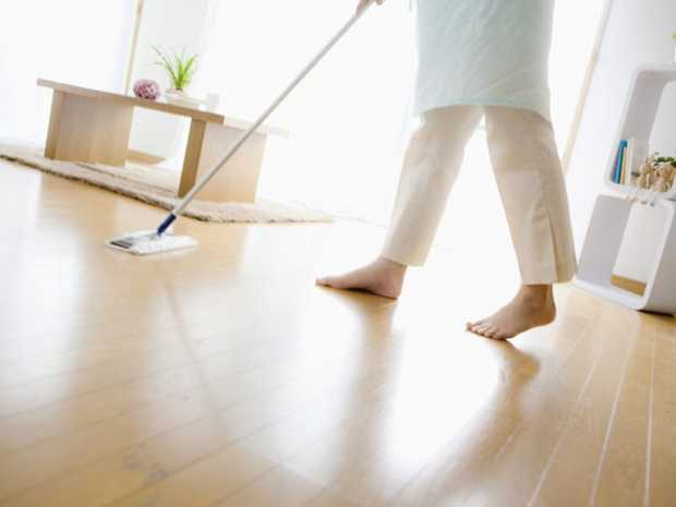 How to clean a wood floor with vinegar and water