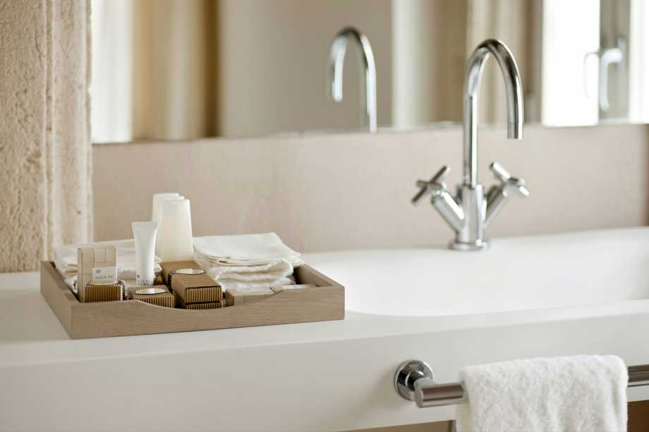 bathroom-tray-for-toiletries-and-vanities-design-with-hanging-towel-rack