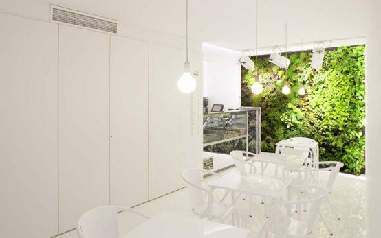 cool-vertical-green-garden-equipped-with-mini-chandeliers-and-white-dining-set