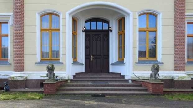Intriguing Ideas For Decorating Your Doors